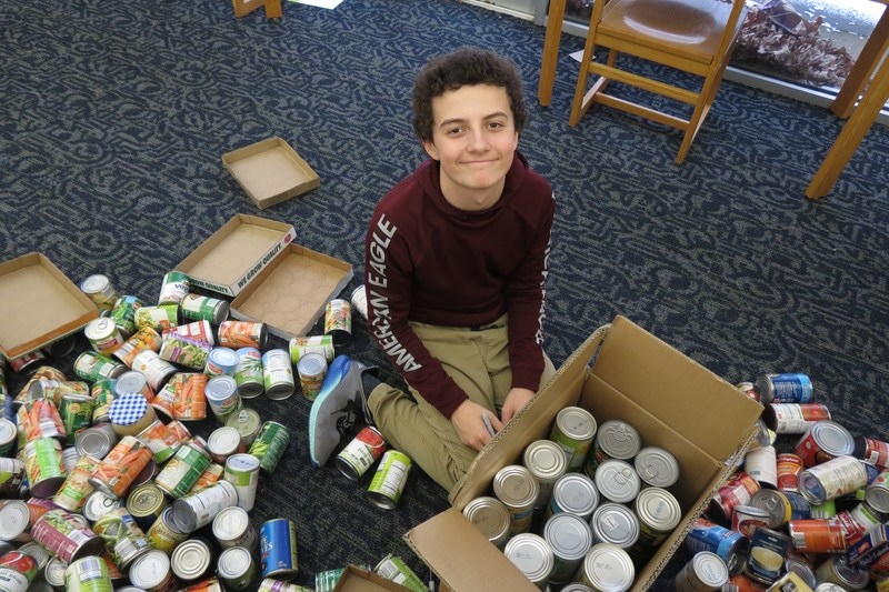 Tyler Smith packs up boxes of food.