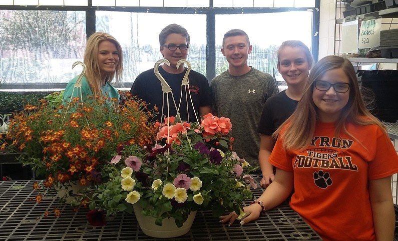 BHS Ag students in greenhouse