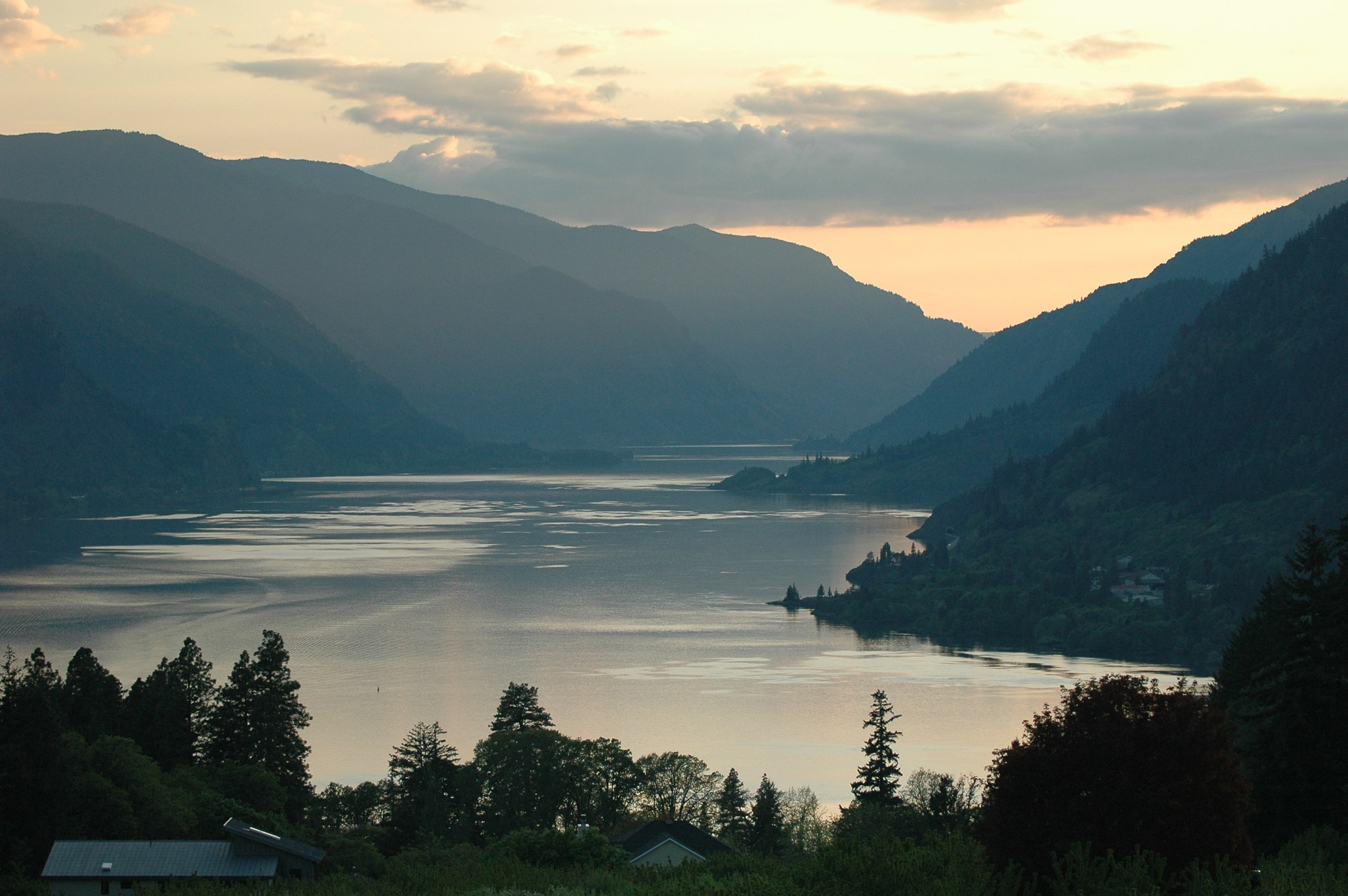 Photo of the Columbia River Gorge from White Salmon, WA.