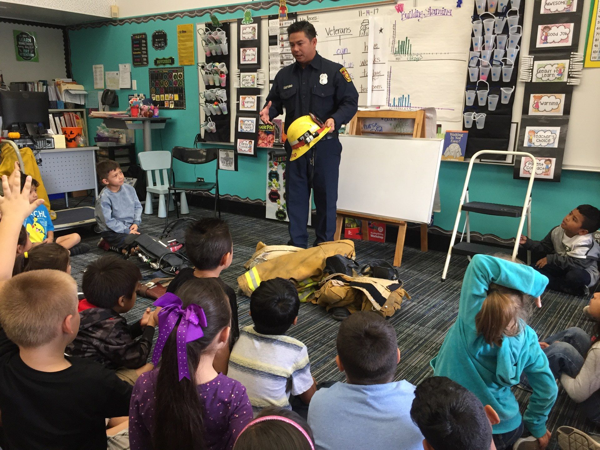 Bombero Señor Custodio visito nuestra clase. Firefighter Mr. Custodio visited our classroom.