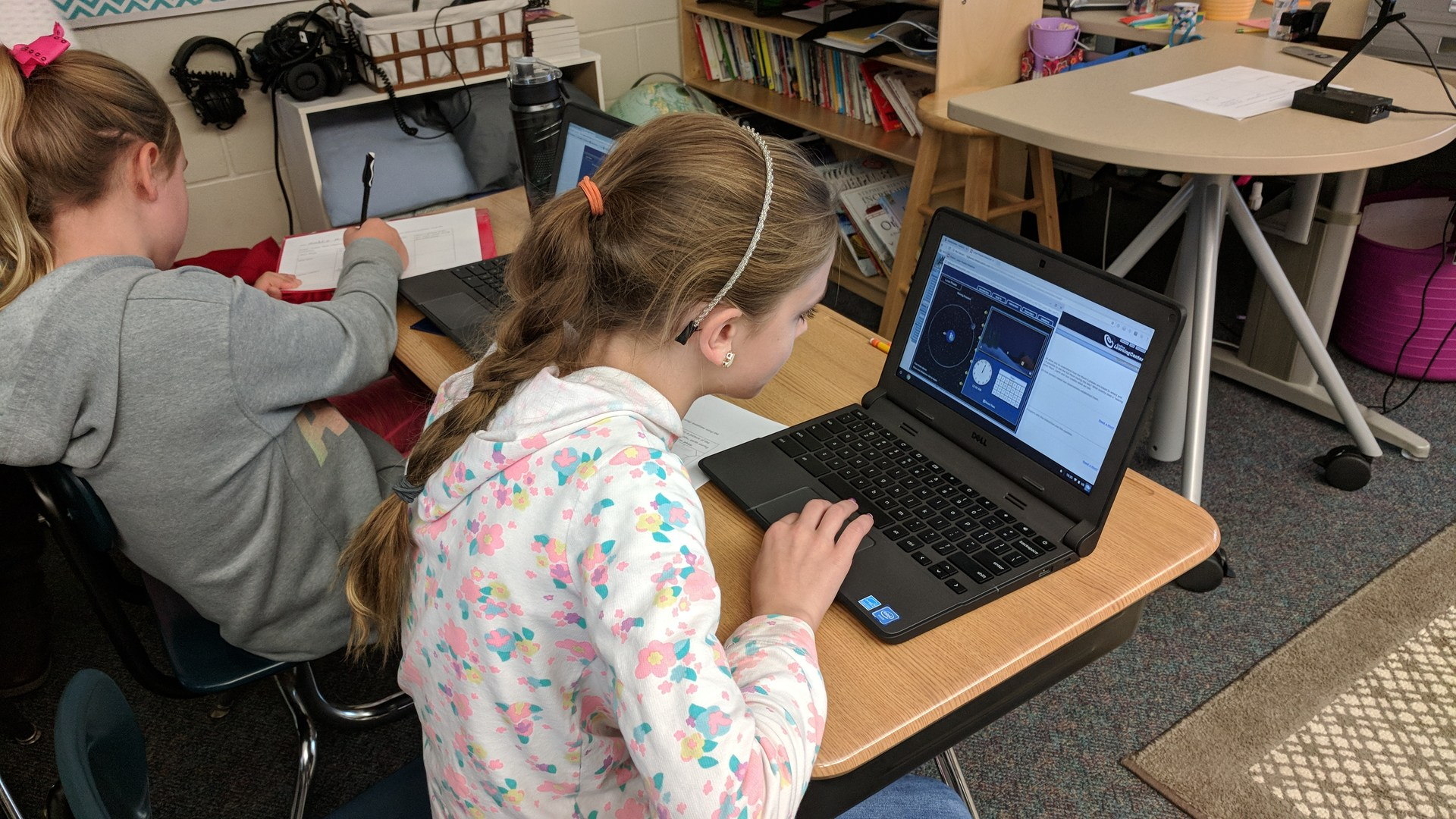 5th graders work on chromebooks