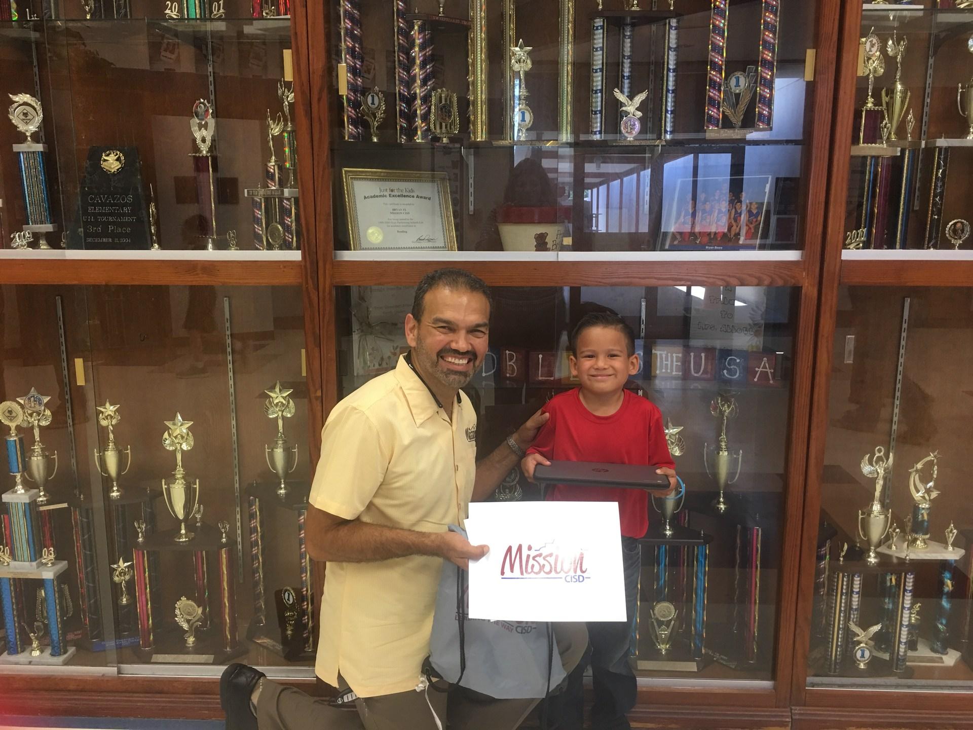 Ganador del Chromebook at Cavazos Elementary!