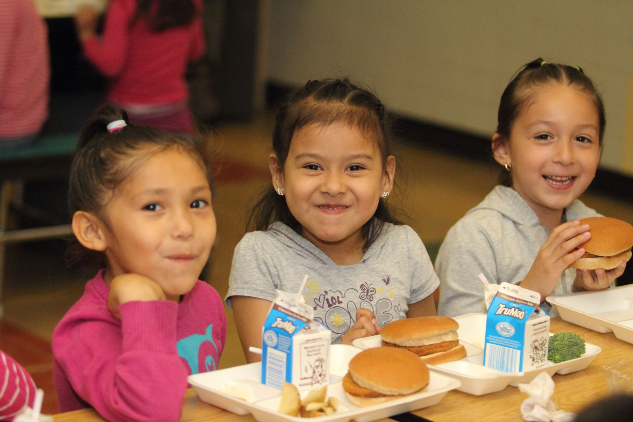 Windlake Elementary students smiling eating lunch