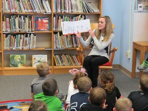 Amanda Eavey from Hastings City Bank reads a book