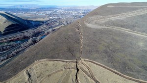 Arial photo of the crack in the top of Rattlesnake Ridge