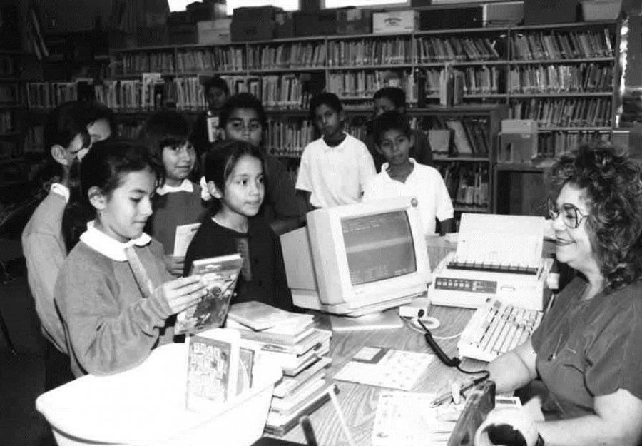 Students visit the library, 1997-1998.