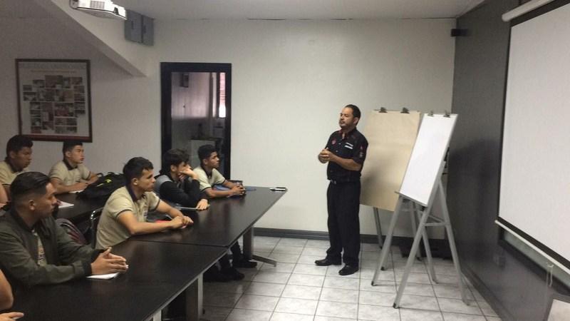 Los estudiantes de mecánica automotriz reciben capacitación en la empresa Automotriz Veinsa Featured Photo