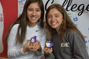 underclassmen eating U.W. themed cupcakes.