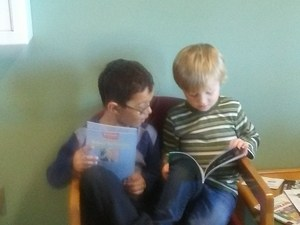 Kinder boys reading books