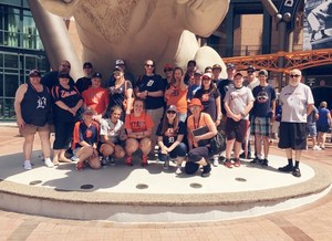 Group of students in front of a statue of a tiger.