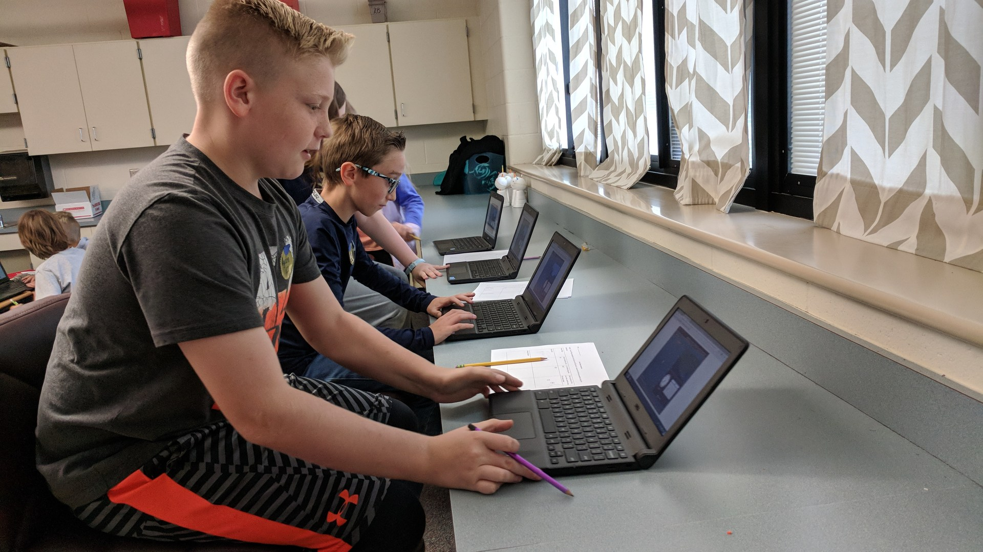 Kids work on Chromebooks in 5th grade