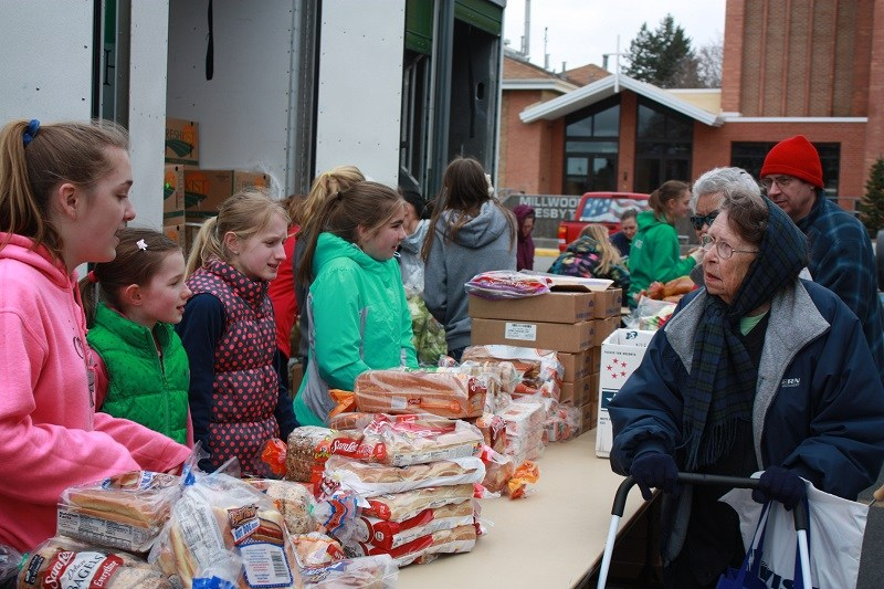 CMS students handing out food