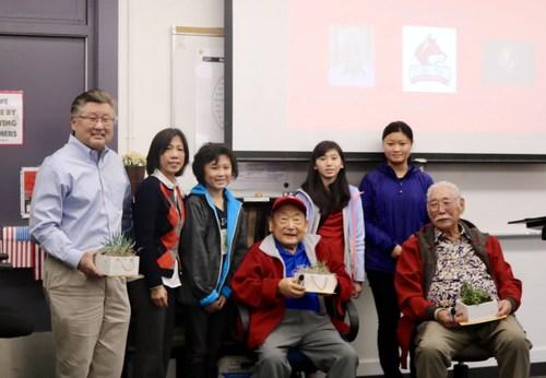 Ex Manzanar internees in class discussion
