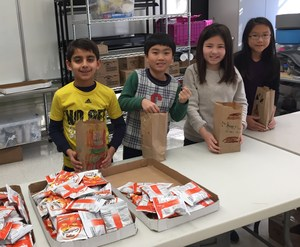 Students bagging food