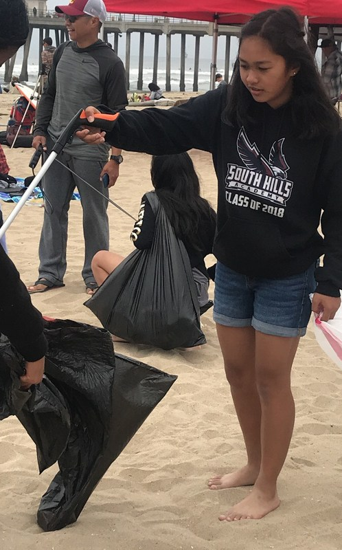 8th graders take to the beach for a bit of community service Featured Photo
