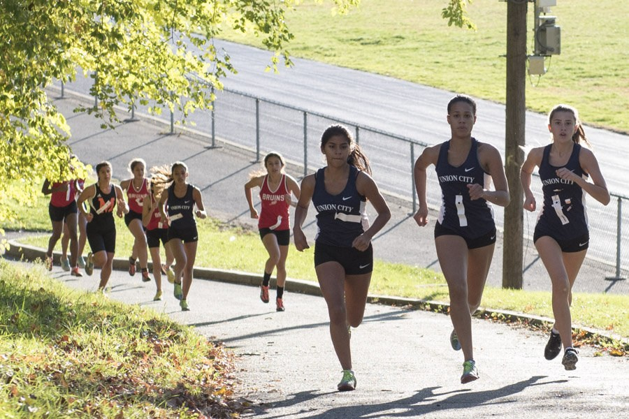 girls team running