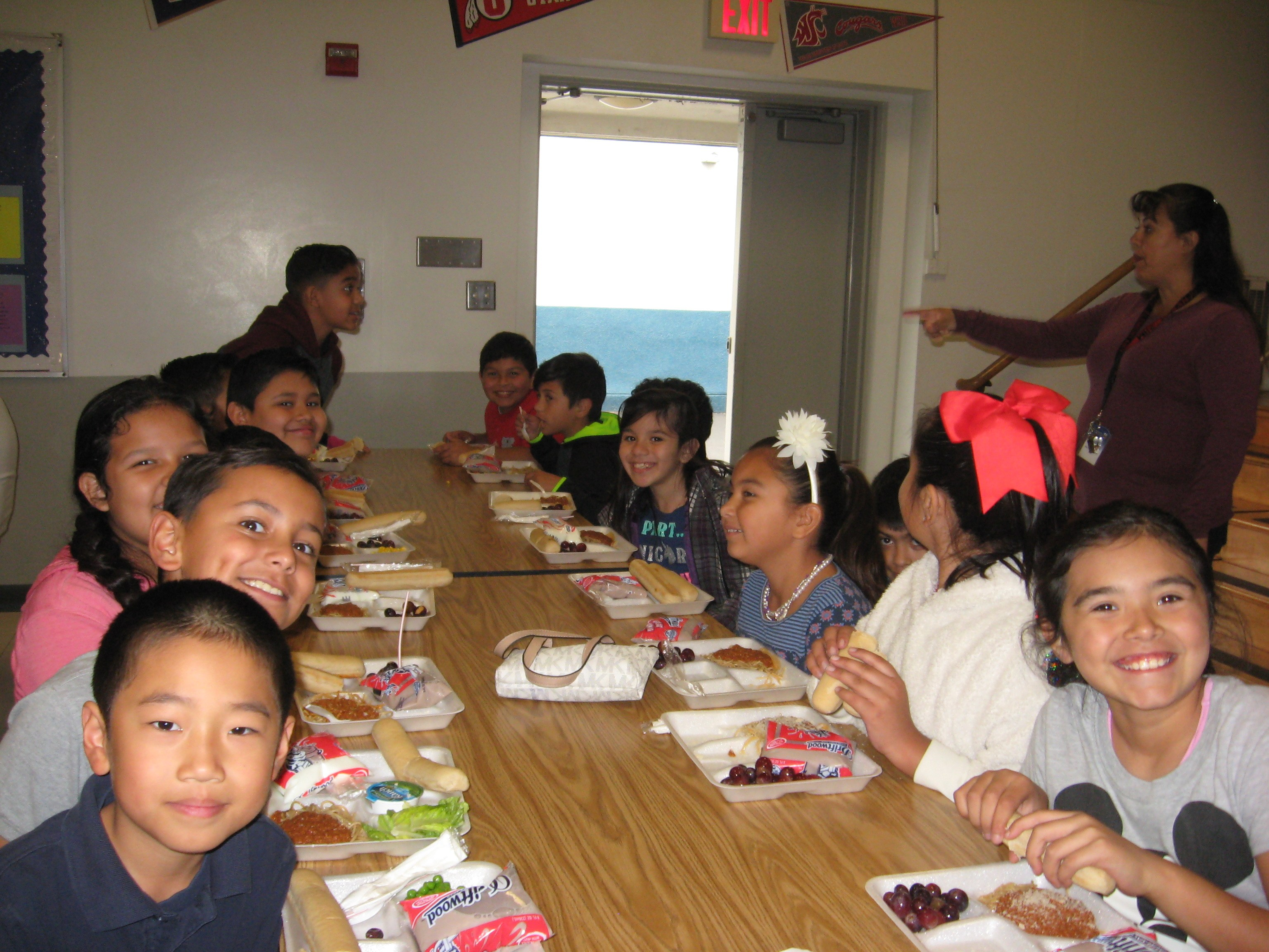 picture of students  eating lunch