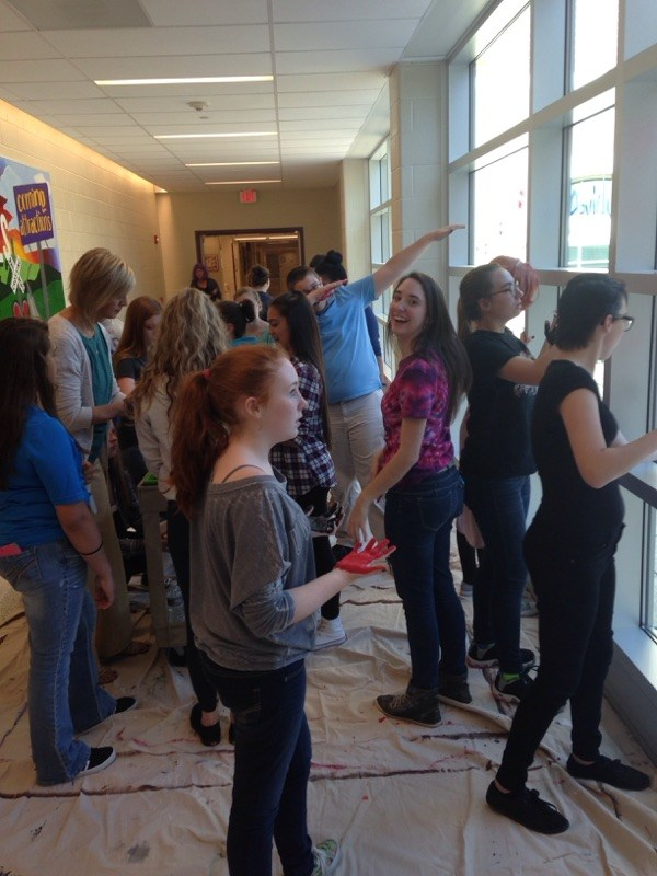 Aevidum students decorating windows