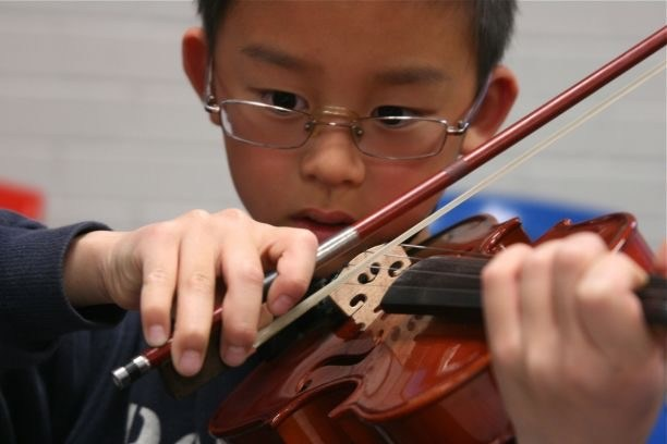Student playing the violin.