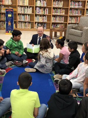 Mayor Darling reading to students.