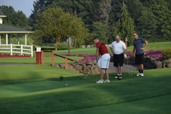 golfers competing in the putting contest