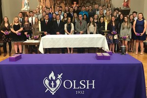 OLSH class of 2019 poses in the Chapel during the Ring Day Mass.