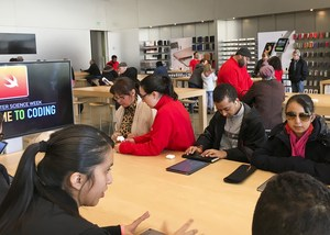 Students and teaching staff at the Genius bar