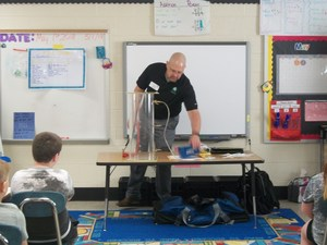 Lexington Utilities Natural Gas employee conducts experiment for second graders.